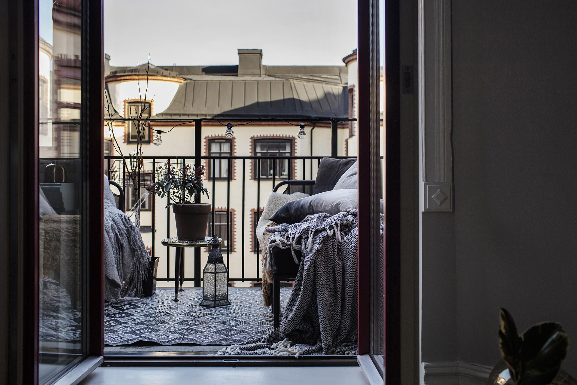 kleine-knusse-balkon-is-perfect-zowel-zomer-als-winter